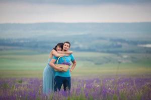 junges Paar, das Lavendelblumen erntet