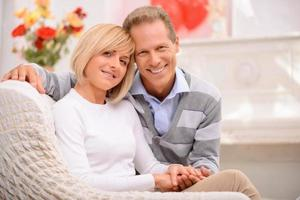 angenehmes Paar, das den Valentinstag feiert foto