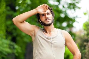 Porträt eines Mannes, der Fitness im Freien tut foto