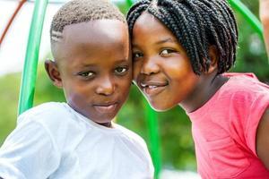 junger afrikanischer Bruder und Schwester verbinden Köpfe im Freien.
