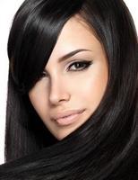schöne Frau mit glattem Haar foto