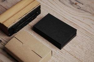 Satz von Büroelementen auf dem Holztisch. leer foto