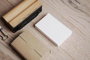 Büroelemente auf dem Holztisch. horizontal foto