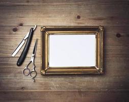 Bilderrahmen und Vintage Friseurwerkzeuge foto
