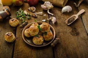 Käse-Mini-Brötchen aus heimischem Teig foto