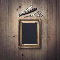 Vintage Friseurausrüstung und schwarze Leinwand in einem Rahmen foto