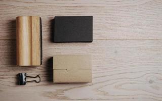 Draufsicht auf klassische Büroelemente auf dem Holztisch foto