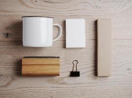 Draufsicht auf Büroelemente und Stahlbecher auf foto