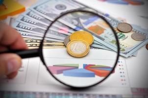 Studium der Euro-Münzen foto