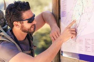 Wanderer studiert die Karte