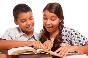hispanischer Bruder und Schwester haben Spaß beim Lernen foto