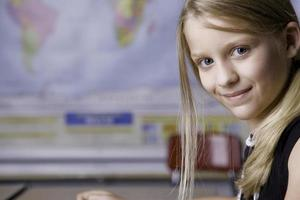 Inhalt des jungen Mädchens in der Schule, die Geographie studiert foto