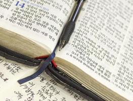 koreanische Bibel, mit Stift und Notizen
