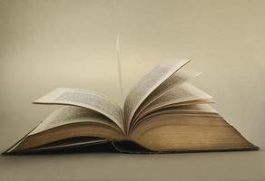 geöffnetes Buch auf dem Tisch foto