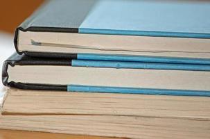 Nahaufnahme eines Stapel Bücher auf einem Schreibtisch