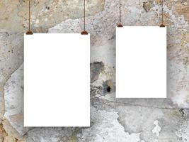 zwei Blatt Papier mit Clips-braun grau weiß foto