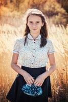 schönes junges Mädchen, das an einem sonnigen Herbsttag aufwirft foto