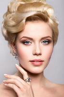 Porträt der schönen Braut. Frisur foto