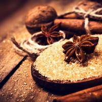 brauner Zucker, Gewürze, Zimt, Sternanis und Nüsse
