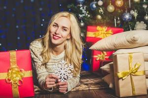 glückliches Mädchen hält Schneeflocke, Weihnachtszeit