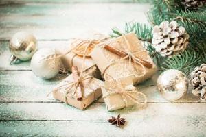 Weihnachtsdekoration auf abstraktem Hintergrund, Weinlesefilter, Weichzeichner
