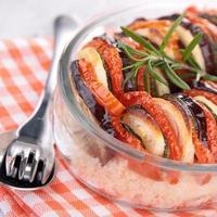 Gemüse gebacken und Grieß foto