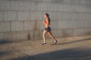 Frau, die in einer städtischen Umgebung trainiert