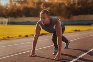 Mann, der in der Haltung steht, bereit, auf Laufband zu laufen. foto