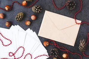 Umschlag, Haselnüsse und Weihnachtsschmuck foto