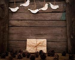 Weinlesegeschenk auf hölzernem Hintergrund foto