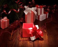 Weihnachtsbaum mit bunten Geschenken foto
