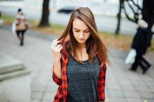 junges hübsches Mädchen, das auf der Straße geht. foto