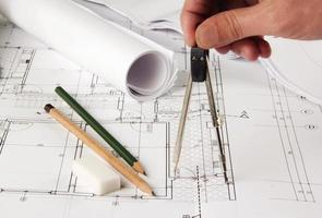 Architekt, der Korrekturen an Plänen vornimmt foto