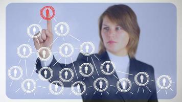 Geschäftsfrau hinter der Analyse von sozialen Netzwerken
