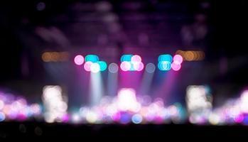 unscharfer Hintergrund: Bokeh-Beleuchtung im Konzert mit dem Publikum, mu
