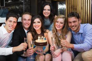 attraktive Freunde, die einen Geburtstag feiern foto