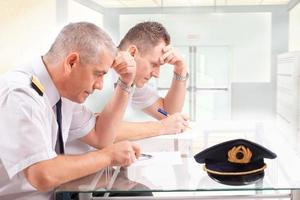 Airline-Piloten während der Prüfung foto