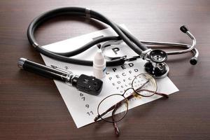 ophthalmoskop, sehtest, brille und stethoskop foto