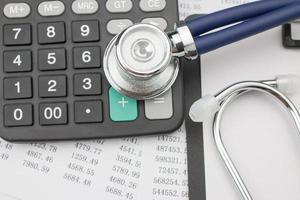 Stethoskop und Taschenrechner foto