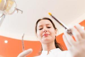 Zahnarzt mit Werkzeugen foto