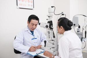 vielbeschäftigter Augenarzt foto
