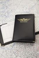 Pilotenlizenz auf einem Logbuch foto
