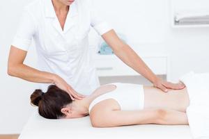 Physiotherapeut macht Rückenmassage foto