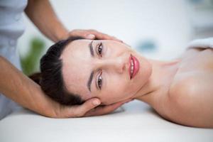 Physiotherapeut macht Nackenmassage