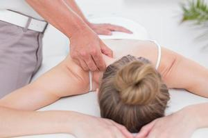 Physiotherapeut macht Schultermassage