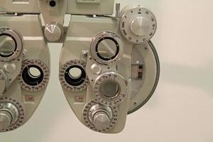 Nahaufnahme des Phoroptors eines Augenoptikers