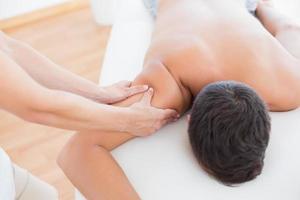 Physiotherapeutin, die ihrer Patientin eine Armmassage macht foto