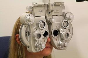 Nahaufnahme einer Augenuntersuchung mit einem Phoroptor