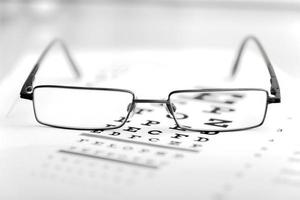 klare schwarze moderne Brille auf Sehkrafttestkarte foto