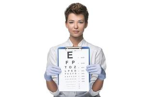 junge Frau Augenarzt mit Sehtafel foto